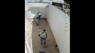 مجرمون يقومون بسرقة منزل وتكشفهم كاميرا المراقبة