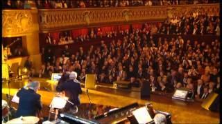 Charles Aznavour chante avec Nadiya Viens pleurer au creux de monépaule  - 2007